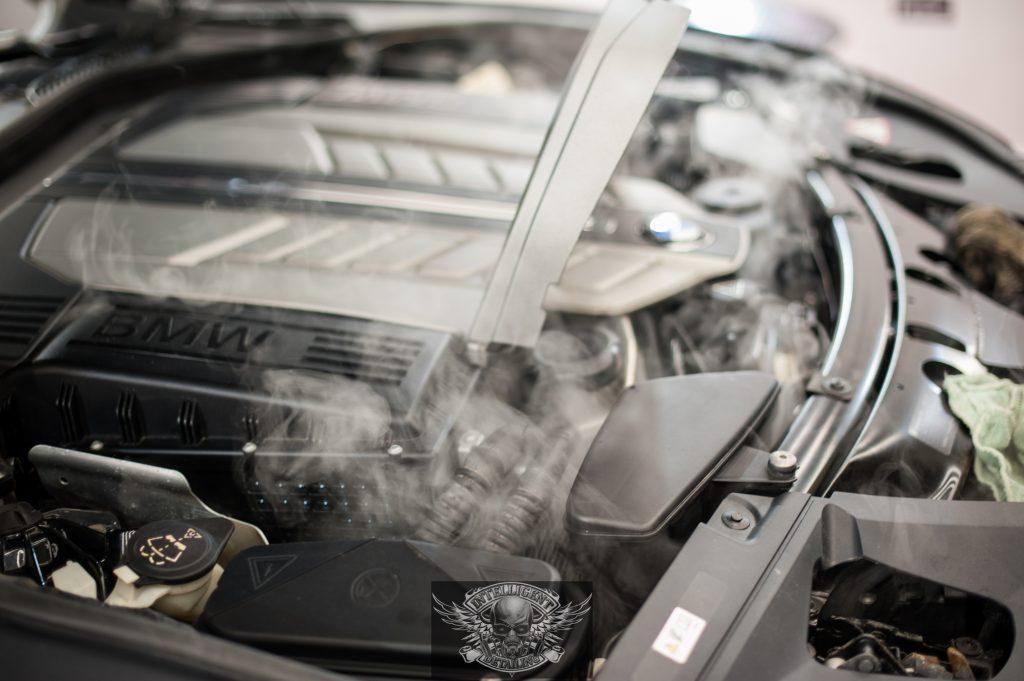 BMW 7 Бронированный VR8 - мойка мотора паром