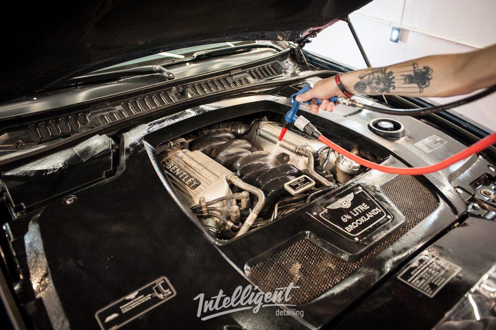 Bentley Brooklands - мойка мотора паром